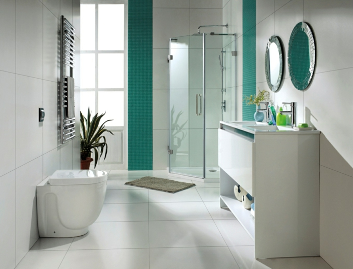 blaue Mosaikfliesen und große weiße Fliesen, zwei Spiegel - Bad Fliesen Beispiele