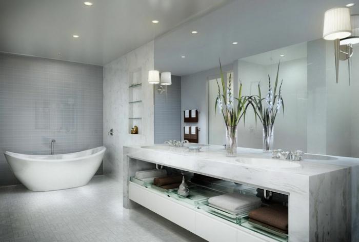 Bad Fliesen Beispiele in einem Luxus Bad mit Dekoration und Deckenleuchten