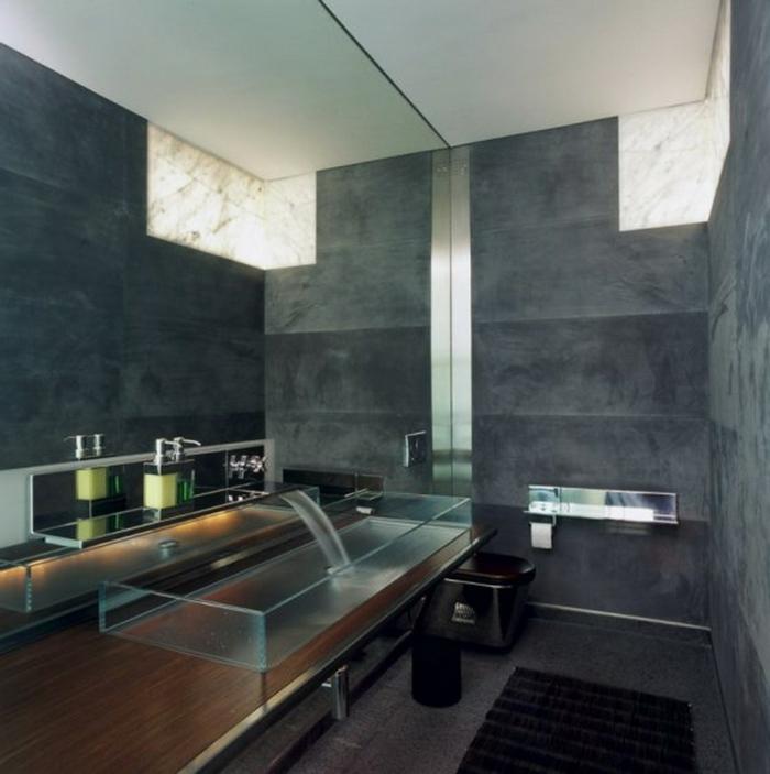 große Spiegelwand die den Raum optisch vergrößert - Ein interessantes Waschbecken