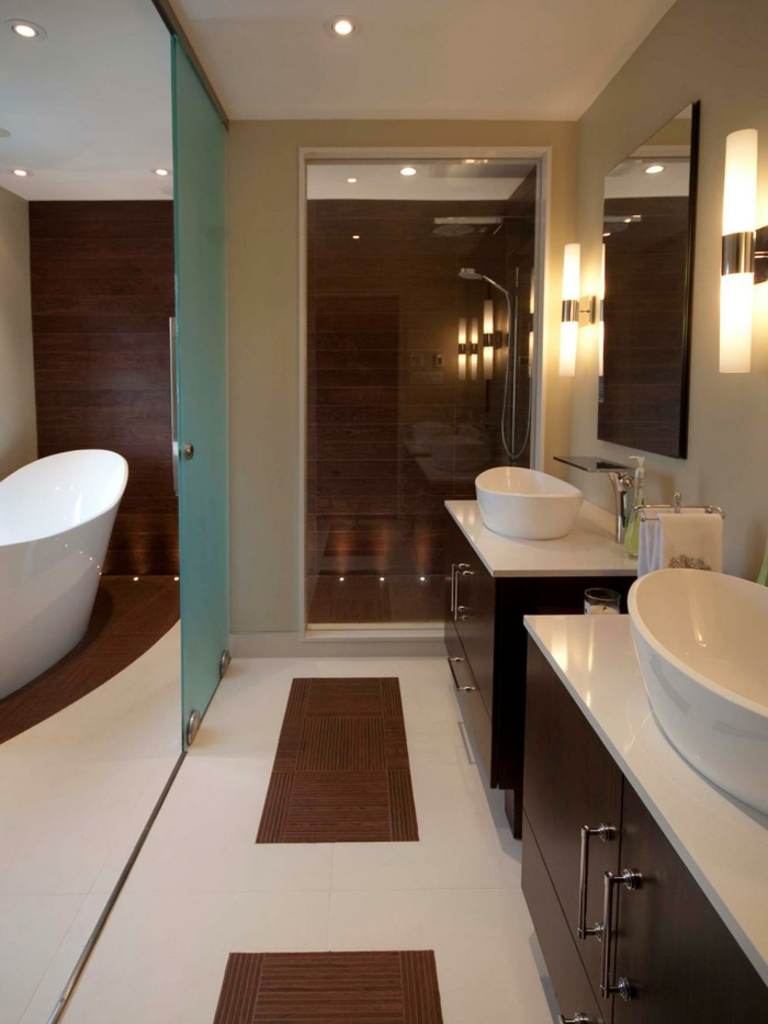 skandinavisches Badezimmer in zwei Teilen - Gleittür als Raumteiler - Komposition aus Kacheln