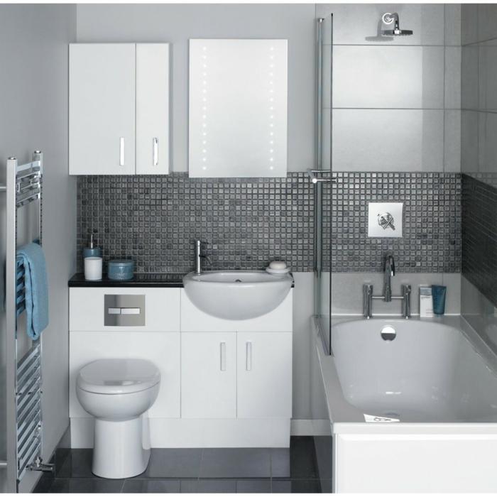 graue Mosaikfliesen und schwarze Bodenfliesen Badewanne mit Glas statt einem Vorhang