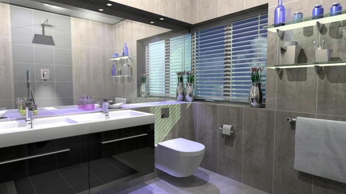 große Spiegelwand lila LED Beleuchtung kombiniert mit natürlichem Licht, große braune Badfliesen