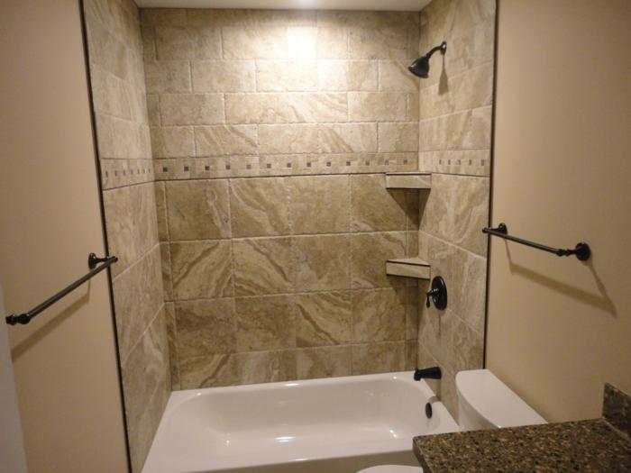 grobes Design von Badfliesen - Ideen für Badewanne und Duschkabine kombiniert