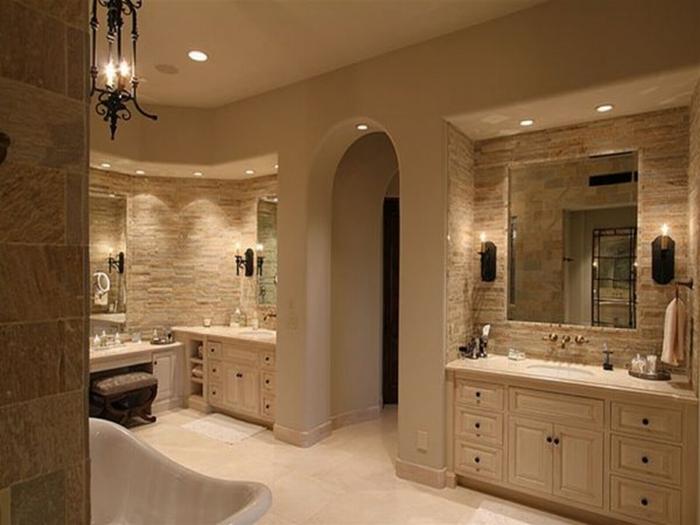 Badezimmer in Wellness Hotel mit viele Lampen und Spiegel