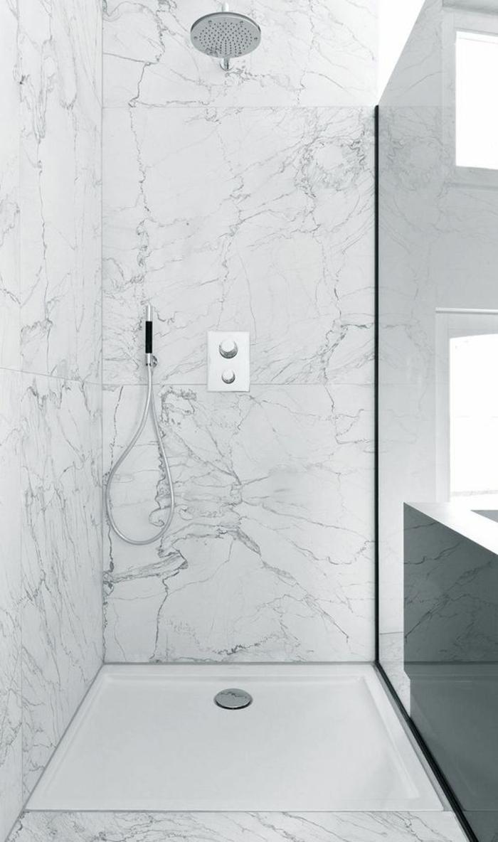 enorme Kacheln in einer Duschkabine mit Glaswand - fast die halbe Duschkabine von einer Fliese bedeckt