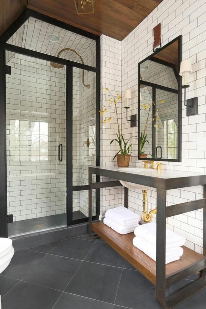 Der Rahmen und die Rahmen der Duschkabine sind gleiche Farbe - Kacheln wie Backsteine