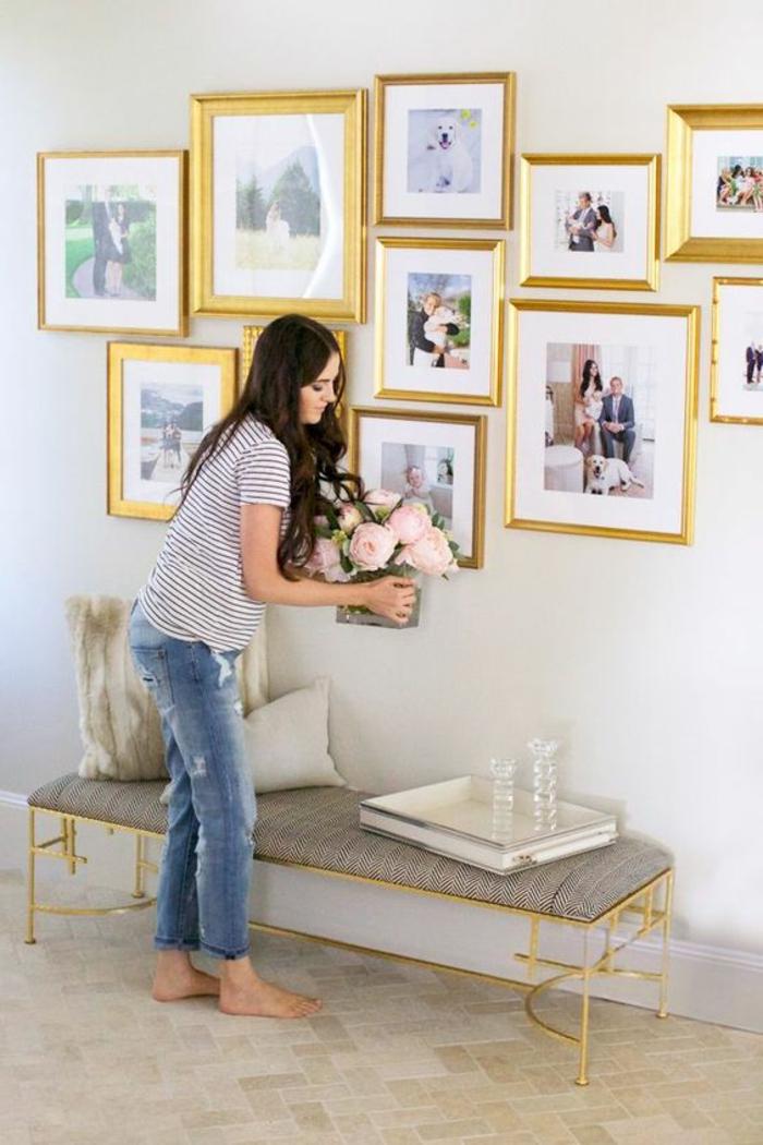Fotos im Flur mit goldenen Rahmen