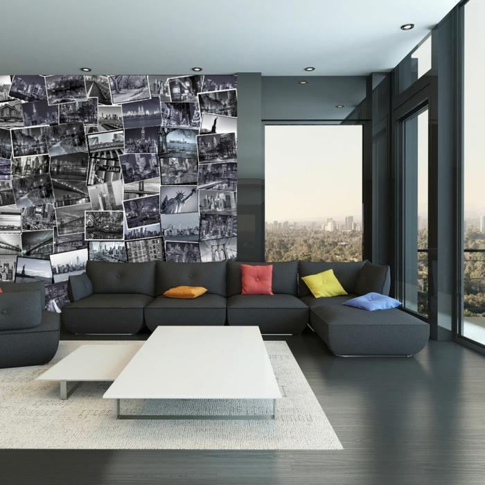 ein schwarz eingerichtetes Wohnzimmer mit Fotocollage aus schwarz-weißen Fotos