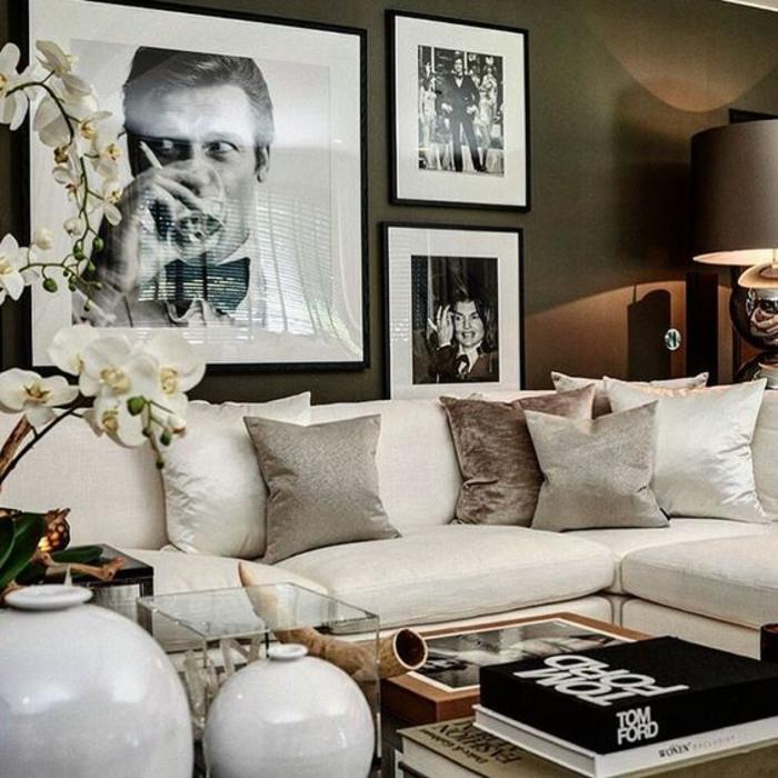 Wohnzimmer mit schwarz-weißer Fotocollage aus drei Fotos