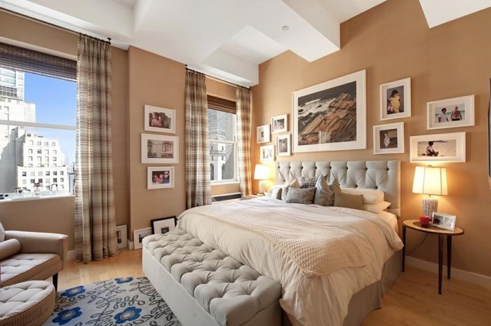 Schlafzimmer mit zwei Fotowänden mit gerahmten Bildern