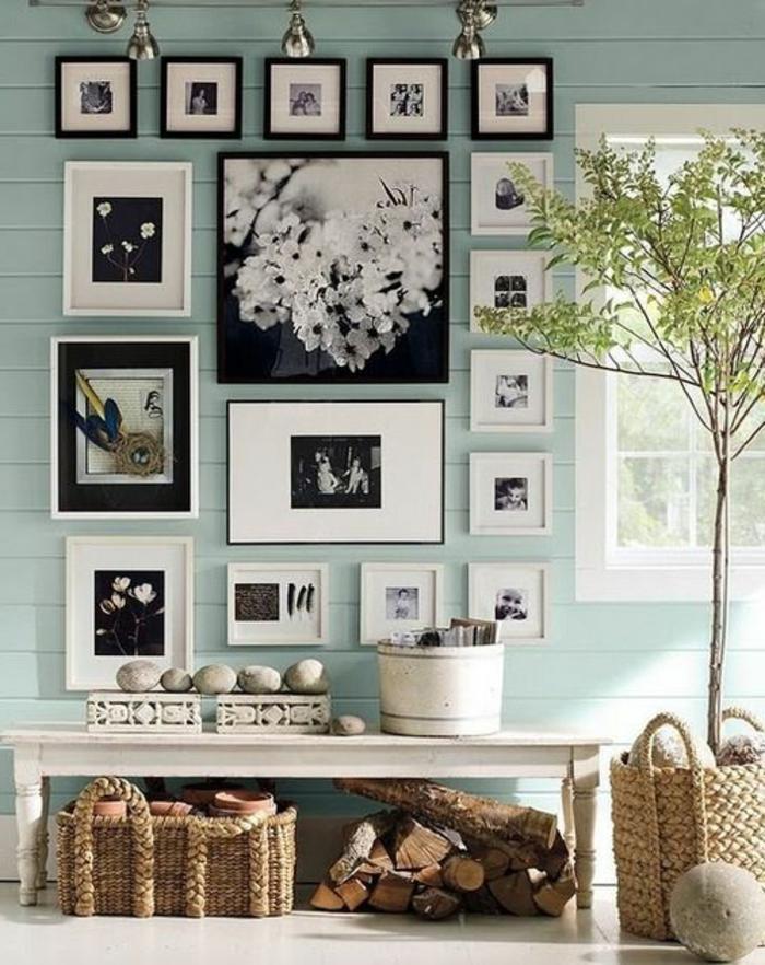 eine Fotocollage im Wohnzimmer auf hellblauer Wand