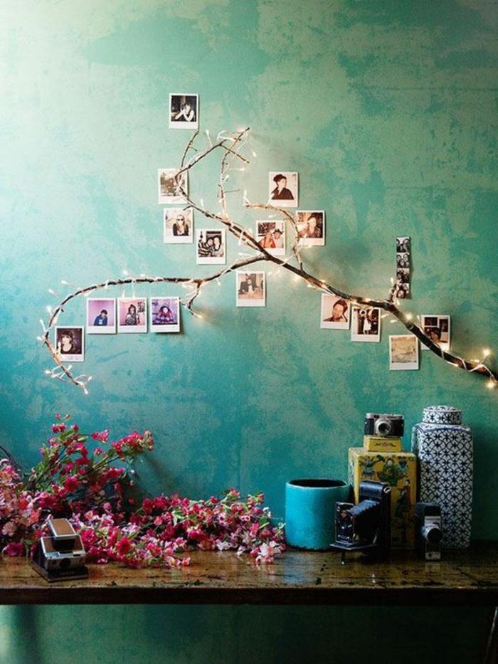 blaue Wand mit Fotocollage, gestaltet in der Form eines Baumes