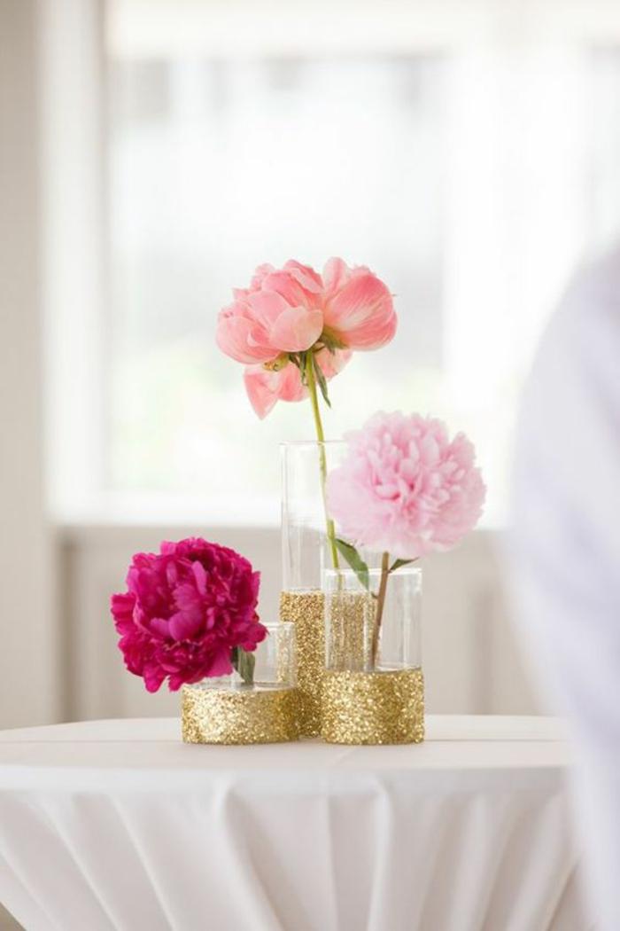 frühlingsdekoration selber machen, glasvasen mit goldenem brokat, rosa blumen, tischdeko