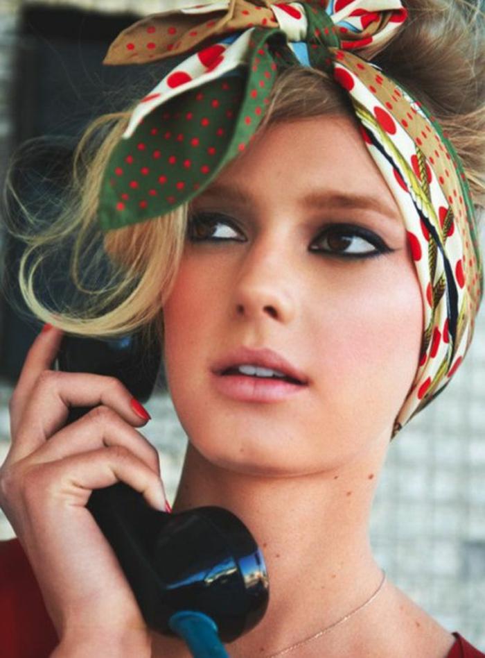 blonden, lockigen haaren, hochsteckfrisur mit bandana