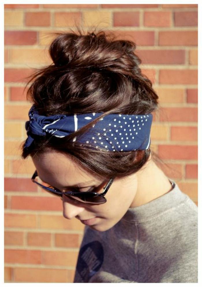 graue bluse, sonnenbrille. blaues bandana mit weißem muster