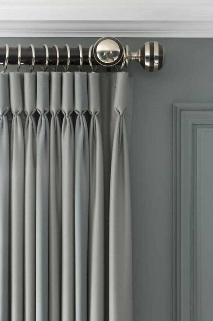 moderne graue vorhänge und große gardinenleiste mit silbernen elementen