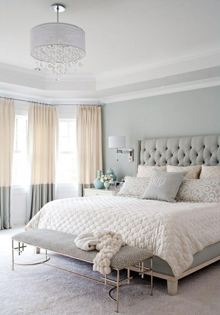 hübsch gestaltetes schlafzimmer mit großem bett und modernen vorhängen