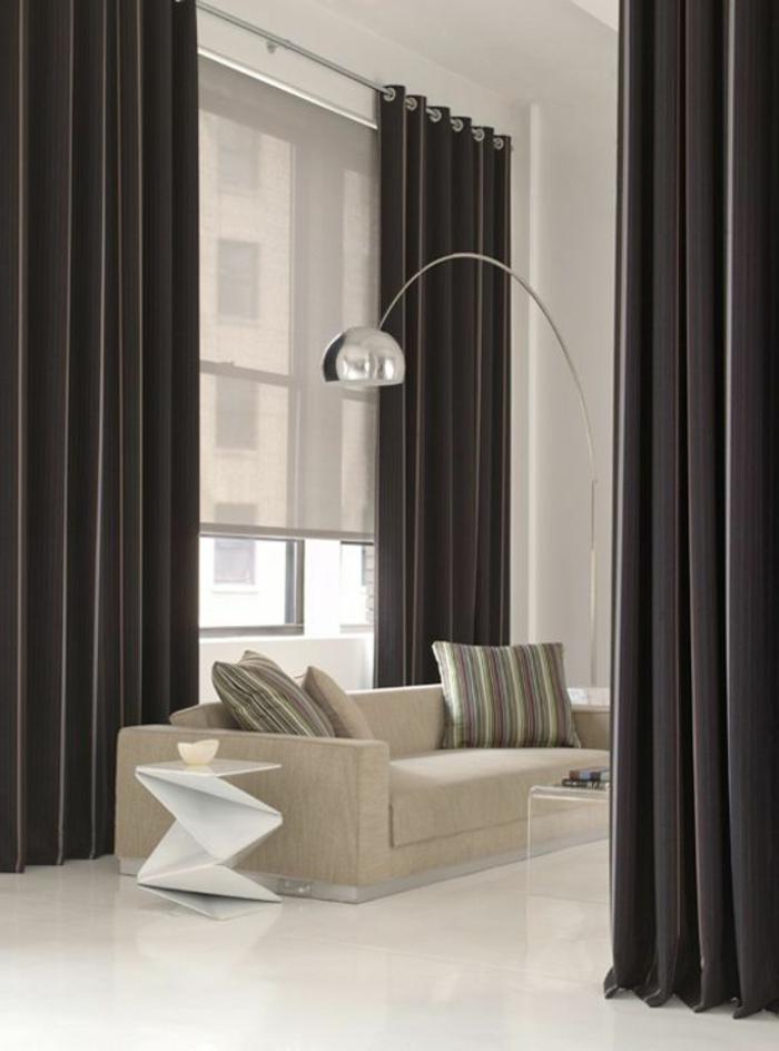 schwarze, blickdichte, moderne vorhänge im wohnzimmer