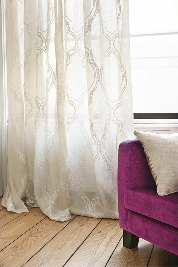 weiße, transparente gardinen mit interessantem muster