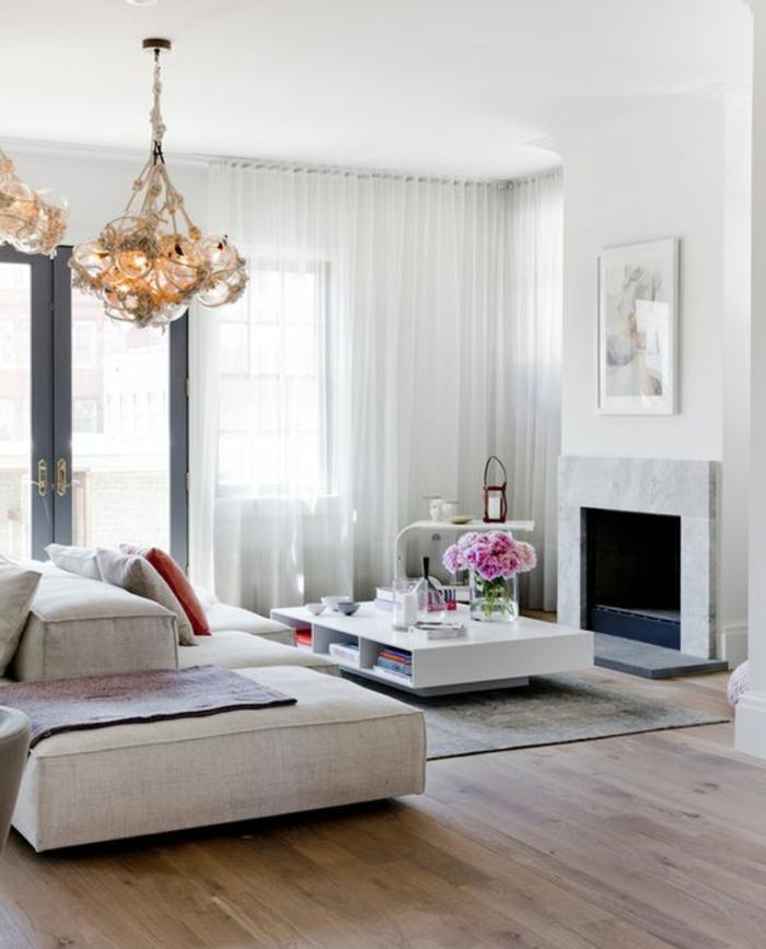 modernes wohnzimmer - großer sofa, eckiger kaffeetisch und weiße, transparente gardinen