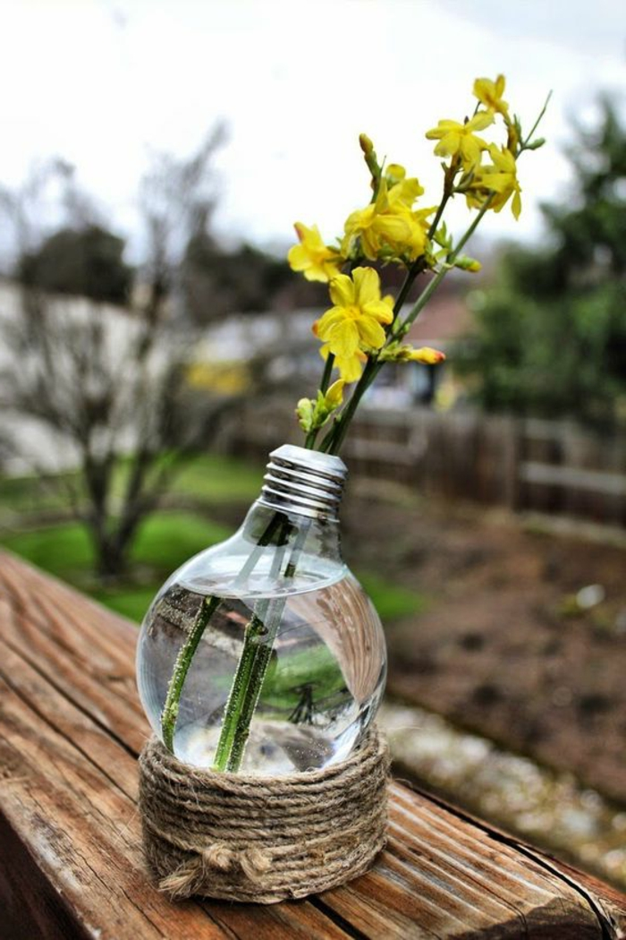 diy vase aus große birne, gelbe blumen, gartendeko