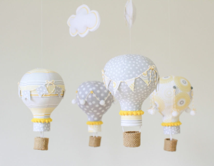 selbstgemachtete deko für das kinderzimmer, ballons aus birnen dekoriert mit stoff