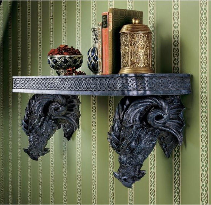Wandregal aus Metall im gotischen Stil, zwei Drachenköpfe, Gravür, Bücher, dekorative Schüssel aus Metall
