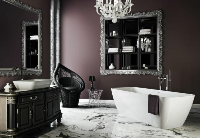 gotische Badezimmereinrichtung in Schwarz und Weiß, schwarzer Seesel, weiße Badewanne, großer Spiegel