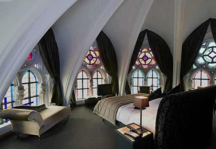 großes gotisches Schlafzimmer mit Kuppeldach, Fenster mit Glasmalerei, lange undurchsichtige GArdinen
