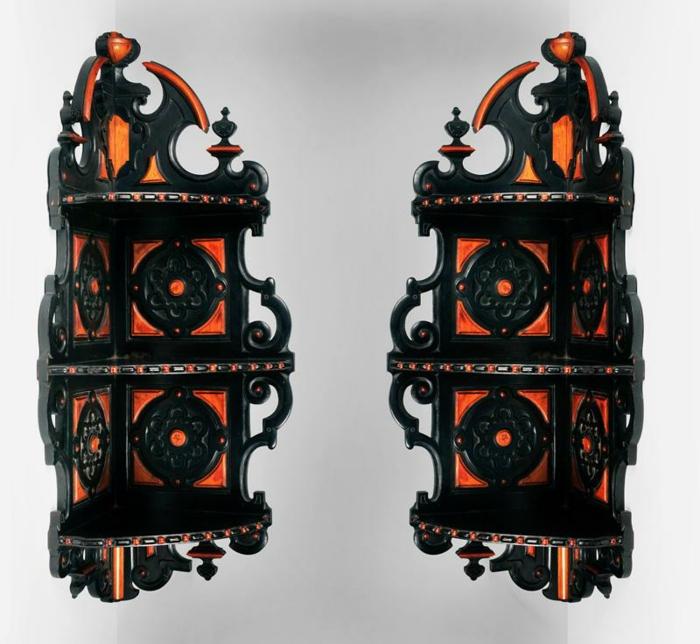 dekorative gotische Wandregale mit Verzierung und gespitzten Formen, schwarze und rote Farbe