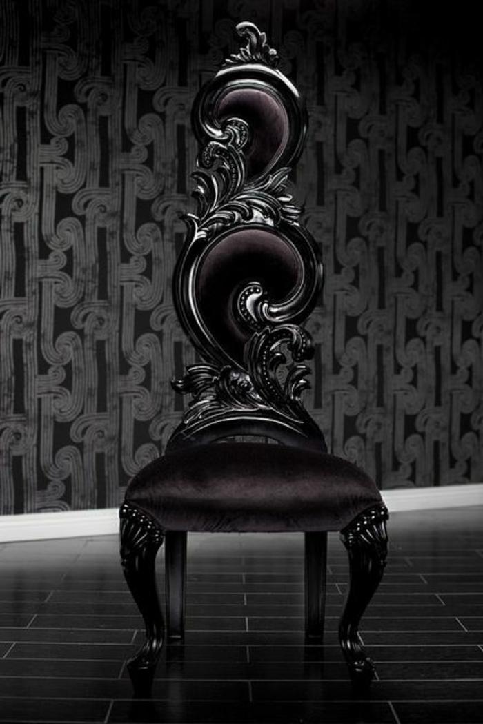 Gothic Stuhl in Schwarz aus graviertem Holz mit Polstersit und Polsterrückenlehne