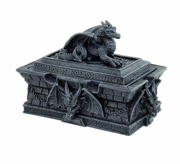 eine Kiste aus Metall im gotischen Stil mit vielen Ornamenten und einem Drache auf dem Deckel