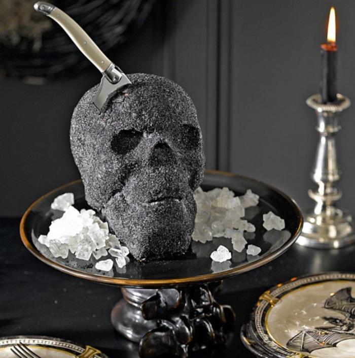 Gothic-Deko: schwarzer Totenkopf mit gestoßener Messer, schwarze Obstschüssel, dekorative Teller mit Drachen