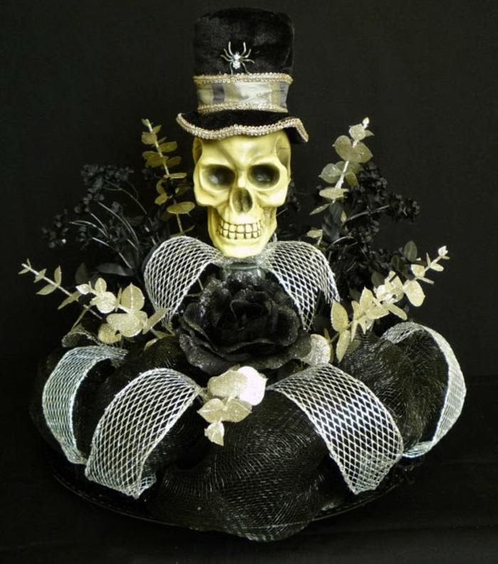 Gothic-Dekoration mit einem Totenkopf mit Hut, künstliche Pflanzen, weiße Schleife, schwarze Schleife