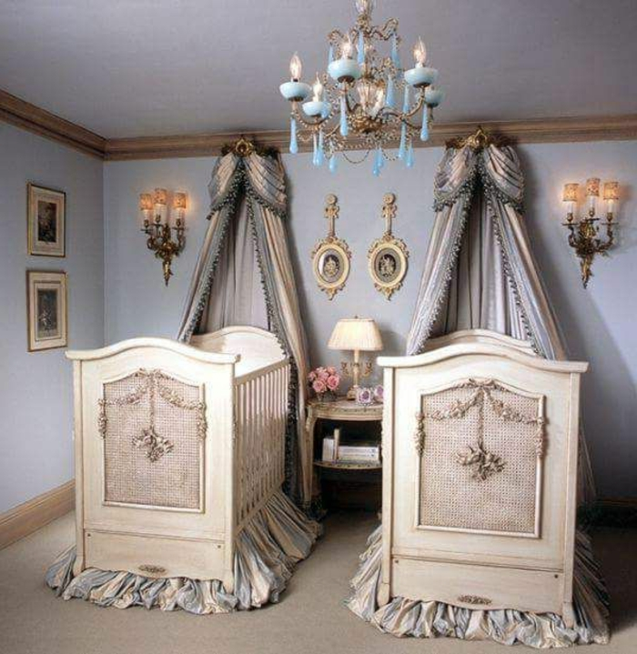 Babyzimmer mit zwei Babybetten, viktorianische Gothic, helle Farben, Fotos an der Wand, verzierte Gardinen