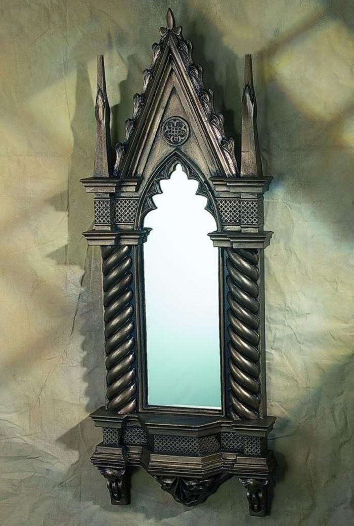 gotischer Spiegel mit gespitzter Form, Kathedralenmotive, metaller Rahmen, Dom-Motive