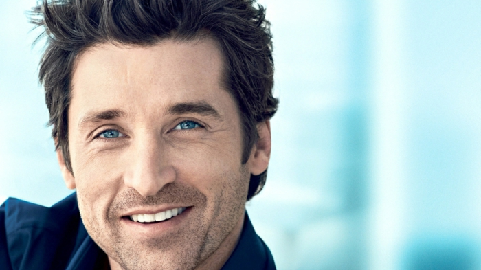 schöner lächelnder schauspieler mit blauen augen und schwarze haare tolle kontraste schön