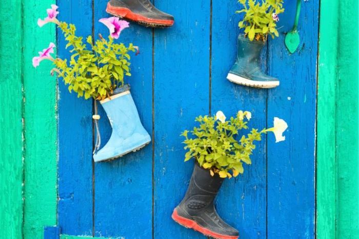 Alte Kinder-Gummistiefel zu Blumentopf, an die Wand genagelt, Upcycling Kleidung, DIY Projekt