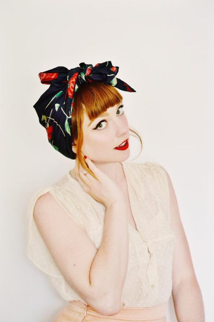 dame mit roten haaren, schwarzem haartuch, beige bluse
