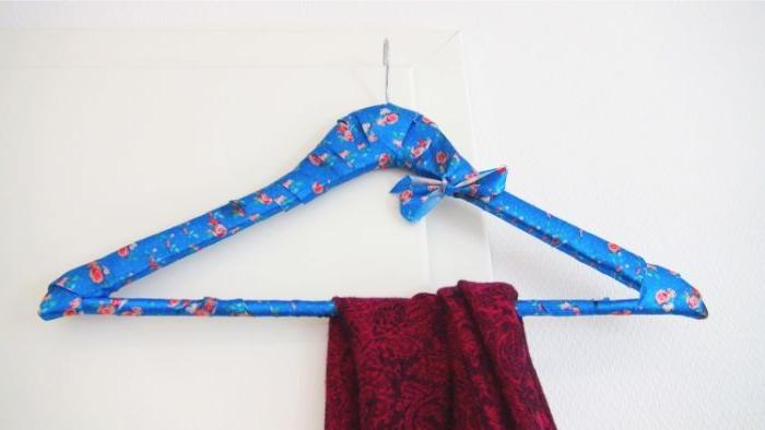 upcycling möbel, kleiderhacken ideen zum entlehnen, deko blaue haken, roter schal