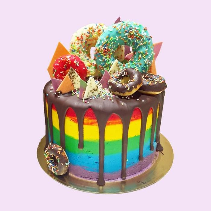 hier ist eine regenbogenfarbene torte