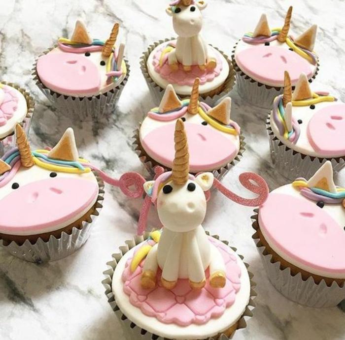 hier sind kleine kuchen mit kleinen einhörnern