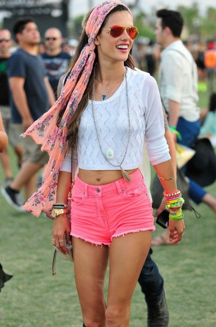 festival ideen was kann man anziehen kurze krasse rosa hose rosa schall als handtuch verwenden