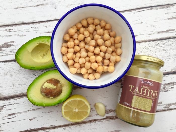 traditionelles rezept für hummus aus kichererbsen tahini avocado zitrone und knoblauch