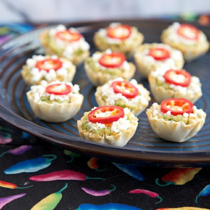 kichererbsen zubereiten kleine portionen brötchen mit hummus paprika und käse bissen