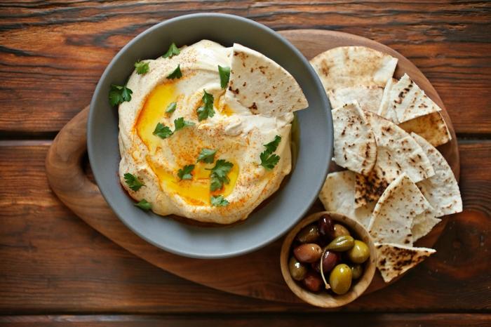 kichererbsen zubereiten hummus idee kombination mit oliven aus griechenland und arabischem brot