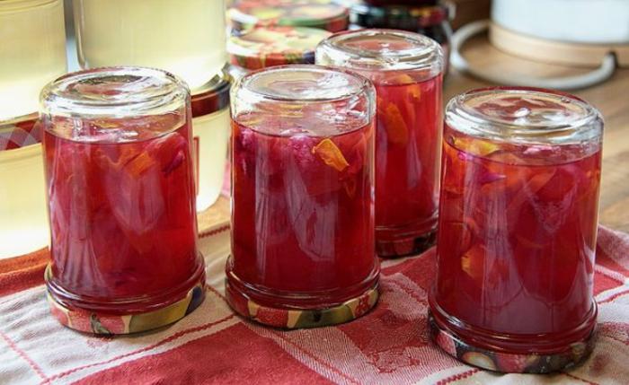 Rhabarberkompott mit Erdbeeren in großen Gläsern mit Metalldeckeln