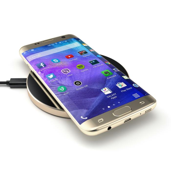 Ein Galaxy S7 auf Satechi Kabelloses Kabelgerät