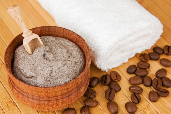 kaffee peeling, schüssel und löffel und holz, kaffeebohnen, tuch