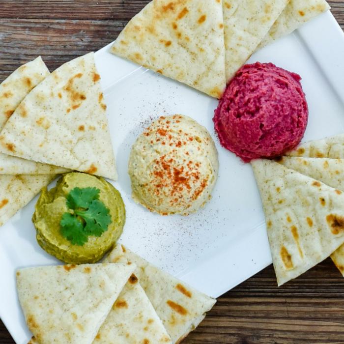 drei farbige hummus bälle grün weiß rot mit speziellen brötchen serviert idee gestaltung